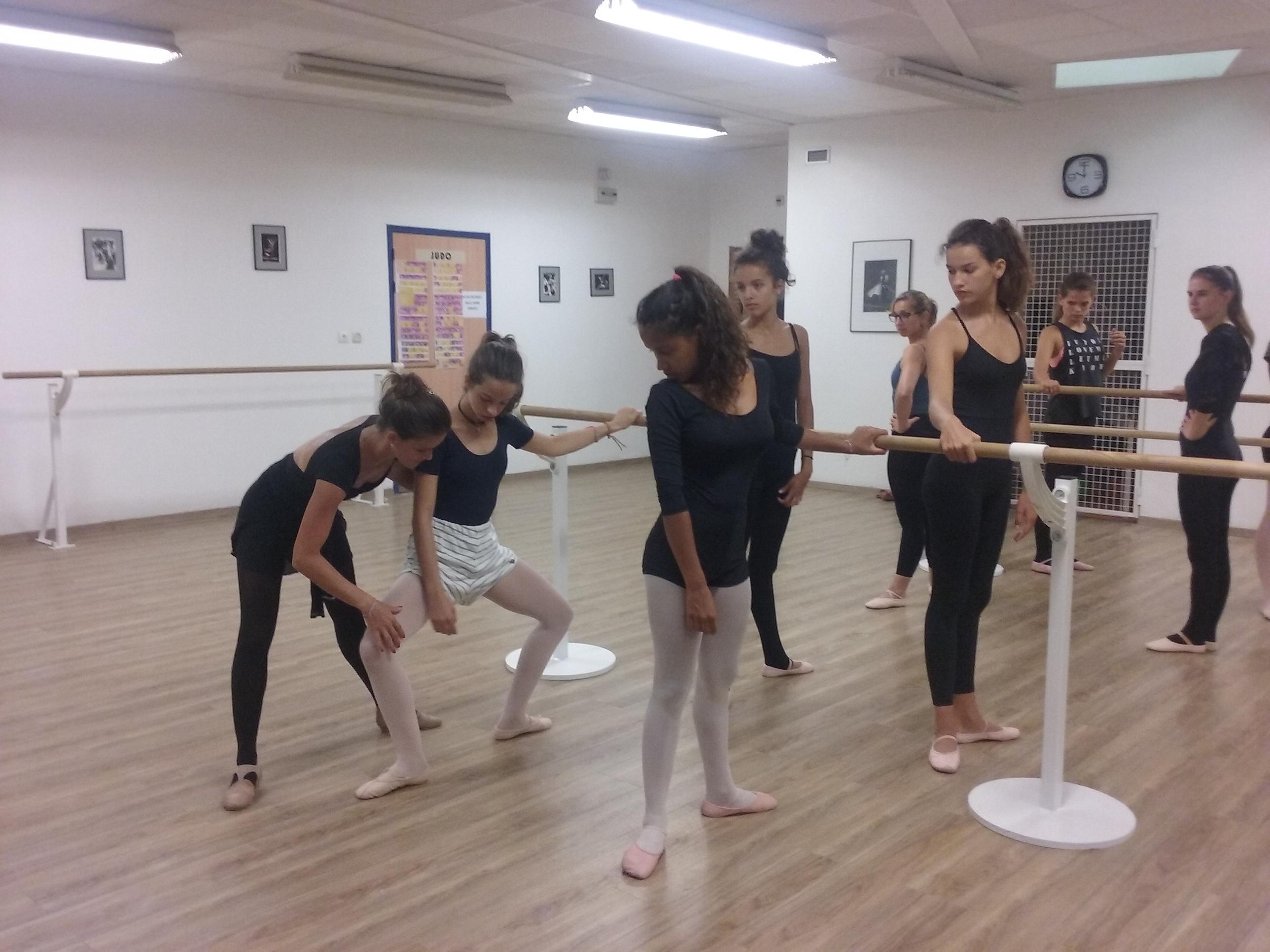 Danse classique ecole de danse mawela danses for Cours danse classique barre